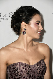 Jenna Dewan-Tatum sealed off her glamorous look with a pair of dangling gemstone earrings by Lorraine Schwartz.
