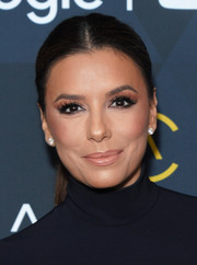 Eva Longoria went for a low-key beauty look with a combination of nude lipstick and neutral eyeshadow.