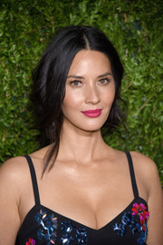 Olivia Munn's fuchsia lipstick totally brightened up her pretty face!