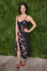 Olivia Munn added an extra pop of color with a pair of fuchsia d'Orsay pumps.