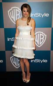Kaley Cuoco accessorized her tiered white cocktail dress with peep-toe slingbacks.