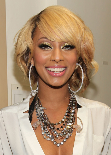 Keri Hilson finished off her alluring look with glittering gold eye. Heavy liner topped off her stunning look.