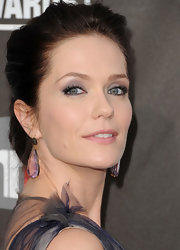 Kate Aselton looked darling at the Critics Choice Awards. She highlighted her gorgeous updo with tear drop gemstone earring.