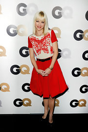 Anna Faris charmed in a girlish red pleated high waist skirt with a black belt.
