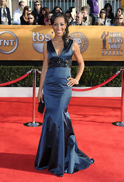 Shaun Robinson matched the beaded details of her dramatic gown with a black beaded clutch.