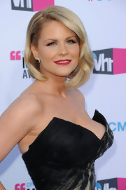 Carrie Keagan wore her slightly asymmetrical bob with pretty face-framing waves at the 17th Annual Critics' Choice Movie Awards.