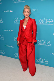 Trish Summerville could definitely pull off baggy trousers. This red pantsuit she wore to the Costume Designers Guild Awards looked really stylish!