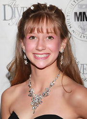 Abigal wore an elegant chandelier neckalce to the Pre-Oscar party. She paired it with matching earrings.