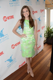 Allison looked totally preppy chic in this sleeveless green and blue tapestry dress.