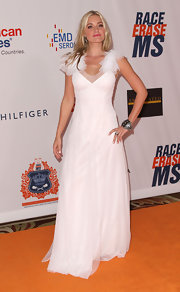 Amanda looked like a regal swan at the Race to Erase MS Gala in a white evening gown.