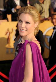 Julie Bowen wore a pair of diamond stud earrings to the 18th Annual SAG Awards