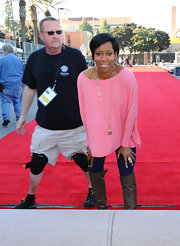 Regina King looked relaxed yet stylish in a loose pink boatneck sweater at the SAG Awards red carpet roll-out ceremony.