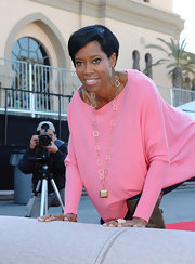Regina King's gold link necklace made her pink blouse look so much chicer at the SAG Awards red carpet roll-out ceremony.