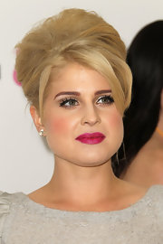 Kelly Osbourne spiced up her look with captivating berry lipstick.