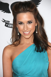 These simple drop earrings framed Lacey Chabert's face exquisitely.