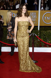 Jennifer Garner looked like a trophy in this strapless gold gown at the SAG Awards.