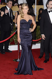 Carmen Electra vamped it up on the SAG Awards red carpet in this rich purple strapless number.