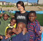 Model Danielle Lineker promotes 1Goal with this black tee.