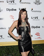 Jessica Sutta paired her look with a box zip clutch.