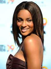 Ciara stopped and posed for the cameras at the 2009 BET Awards where she showed off her medium-length brown highlighted locks.