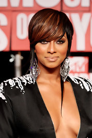Keri Hilson paired her plunging neckline with dangling crystal earrings.
