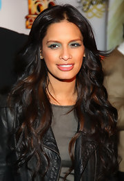 Rocsi wears here long wavy hair in a simple center part.