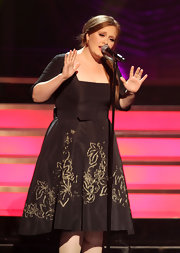 Adele was a retro-darling in a black taffeta cocktail dress with a gold embroidered skirt for the VH1 Divas show.