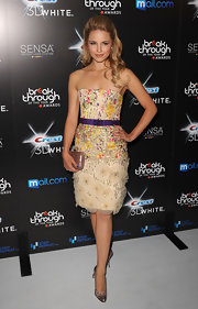 Dianna paired her strapless floral dress with a simple yet elegant box clutch.