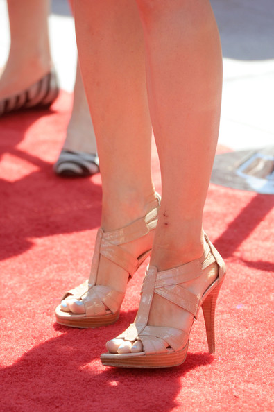 Mary showed off her toned gams in a nude pair of strappy sandals.