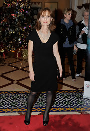 Isabelle looked classy in black peep toe pumps.