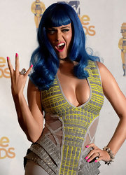Katy flashed her hot pink manicure while attending the MTV Movie Awards.