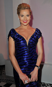 Simona Ventura piled on the glam with a huge star-shaped diamond ring and matching earrings.