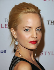 Mena Suvari glamed up her look with tiered crystal earrings.