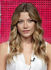 Actress Sarah Roemer showed off her beautiful long locks with this wavy center-part hairstyle.