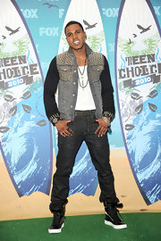 Jason Derulo paired his black high top sneakers with a studded denim jacket.