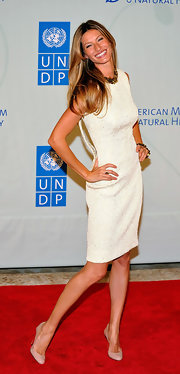At the UN event in NYC, Gisele finished off her classic ladylike look with shiny blond tresses.