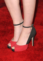 Sarah Drew strutted down the red carpet of the American Music Awards in black and red strappy peep-toe evening pumps.