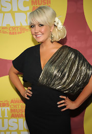 Nominated singer Meghan Linsey looked absolutely lovely on the red carpet at the CMT Music Awards. She swept her hair to the side revealing gorgeous Concentric Square earrings which also highlighted the flare of gold on the shoulder of her little black dress.