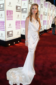 Amanda Palmer wore a dramatic white gown with a long train on the red carpet of the Doha Tribeca Film Festival.