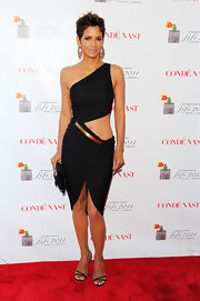 Halle is not one to hide her magnificent body. The gorgeous actress donned a black cutout dress to the FiFi Awards in NYC.