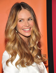 Elle Macphereson parted her ombre curls down the center which helped frame her face.