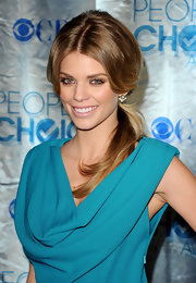 Actress AnnaLynne McCord traded in her California curls for a '60s ponytail that was high on volume. Smoldering eyeshadow and a glossy nude lip played up her retro look.