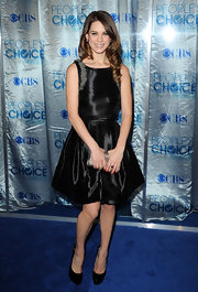 Lindsy wore an iridescent black cocktail dress with feather shoulder details for the 2010 People's Choice Awards.