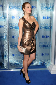 Jennifer Finnigan perfectly complemented her bronze one-shoulder dress with a gleaming satin clutch.