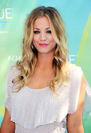 Kaley Cuoco's roots added to the allure of her beachy curls.