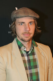 Dax Shepard added a cool touch to his plaid shirt and tan blazer with a matching newsboy cap.