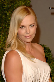 Charlize Theron kept her tresses sleek and simple with a polished straight cut.