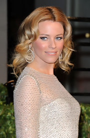 Elizabeth Banks paired her silver sequined dress with tiered diamond drop earrings.