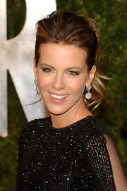 Kate Beckinsale looked stunning, as always, on the 'Vanity Fair' Oscar red carpet. The actress wore diamond drop earrings paired with a curled ponytail.