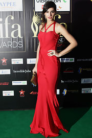 Nargis carried a gold bowed clutch to the IIFA Awards.